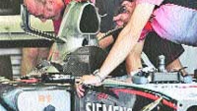 Los mecánicos de McLaren preparan el monoplaza de Raikkonen.