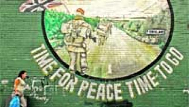 Un mural en Belfast, Irlanda del Norte, ayer: «Tiempo para la paz, hora de irse».