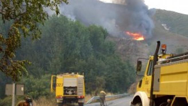 Los bomberos trabajan para la extinción del incendio (Efe).