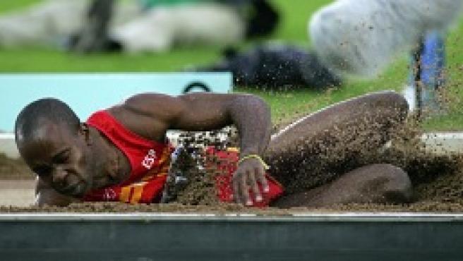 El saltador español Joan Lino cae en el foso (Efe).