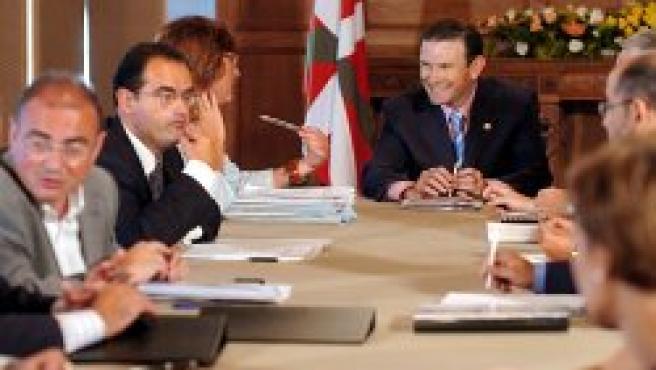 El lehendakari junto a parte de su equipo de gobierno en el Palacio de Miramar en San Sebastián (EFE)