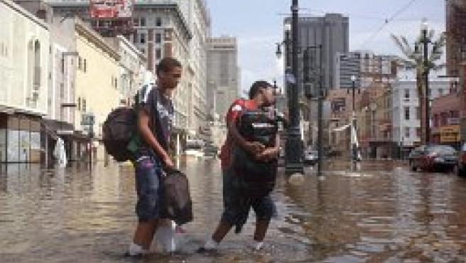 Dos de los afectados por el huracán en Nueva Orleans (Efe).