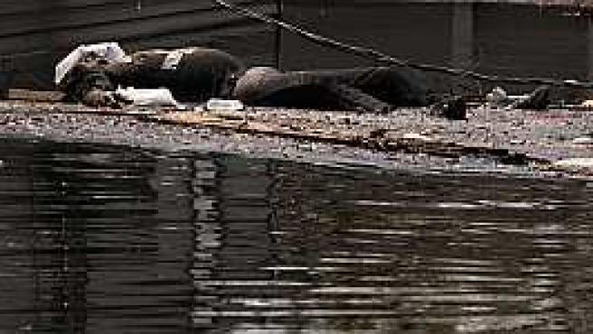 Un cadáver en Nueva Orleans, tras Katrina (Reuters)