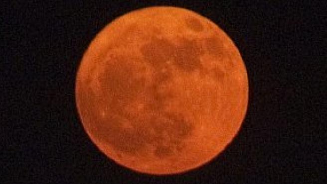 La luna el primer día del verano (AP)