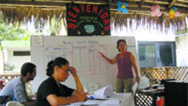 Emilia Casanova da un taller al futuro personal de 17 casas de salud en la provincia ecuatoriana de Manabí.