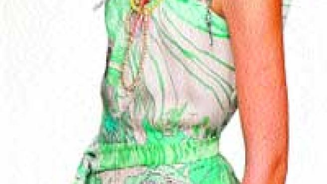 La modelo luce un alegre vestido de Miriam Ocáriz. Abajo, un diseño de Giles Deacon, ayer en Londres.