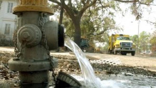 Esta boca de riego vuelve a suministrar agua tras su limpieza y reparación en Nueva Orleans (EFE)
