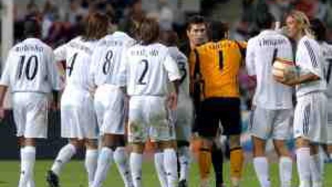 Todos los jugadores del Real Madrid protestan al árbitro tras el gol del jugador blanquiazul Jarque (FOTO: Efe)