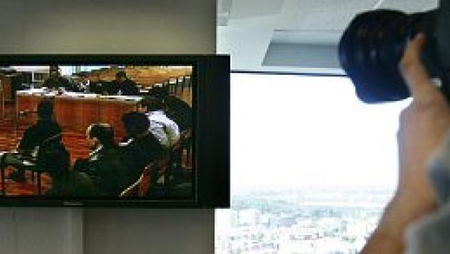 Un monitor por el que los medios de comunicación pueden seguir el juicio fuera de la sala donde se celebra (EFE)