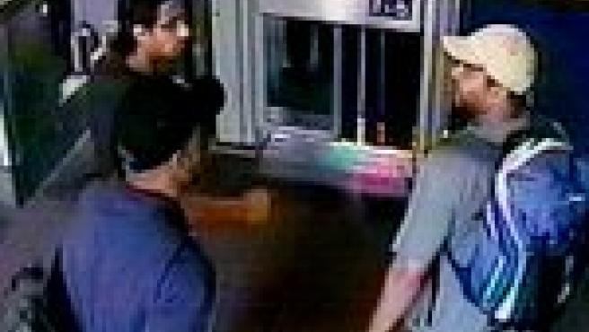 Los terroristas en la estación de tren de Luton (REUTERS).