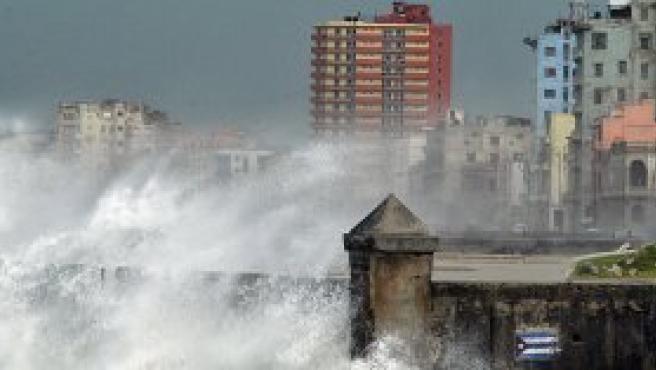 Aguaceros torrenciales y fuertes olas arrasan la costa norte de La Habana provocados por el huracán Rita.