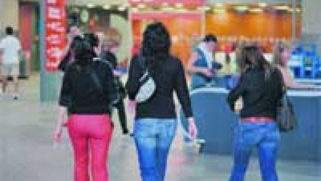 Un grupo de chicas, dos de ellas fumando, ayer en el vestíbulo de Cercanías de Atocha.