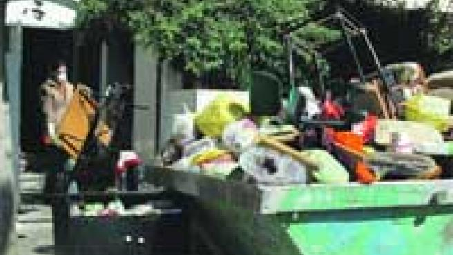 Los operarios tardaron diez horas en vaciar la basura de la casa. Llenaron 16 contenedores.