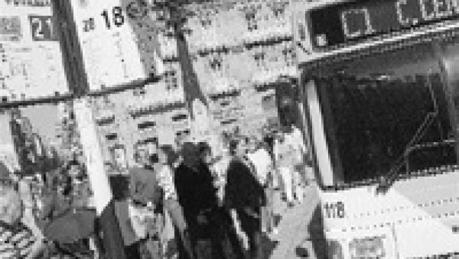 Un grupo de personas aguardaban ayer en la parada del autobús C1, que mañana será gratuito.