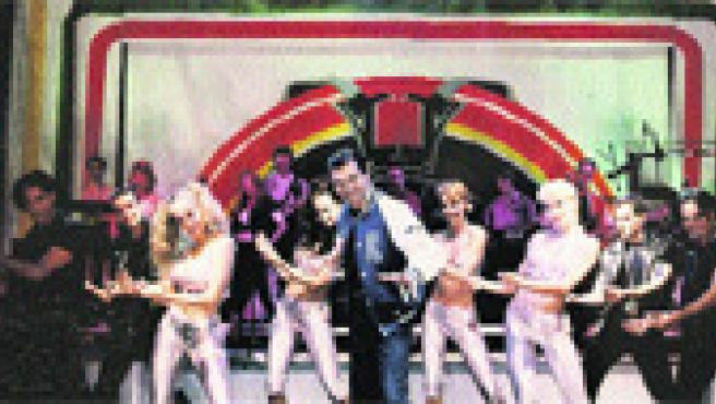 El grupo Tennessee acompaña en el escenario a los intérpretes del musical 'Grease Tour'.