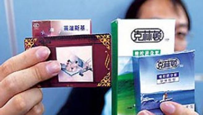 Clinton, en los paquetes de condones. (Foto: China Daily)