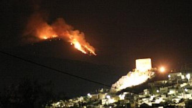 """El fuego declarado anoche en el paraje de """"El Tello"""" de Lanjarón, en la Alpujarra granadina, ha arrasado ya más de 2.000 hectáreas."""