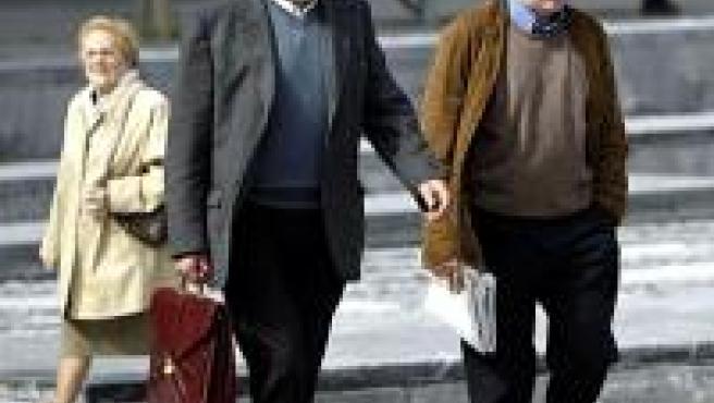 El padre y el tío de Jokin llegan a su llegada al Palacio de Justicia de San Sebastián durante el juicio a los menores (Foto: EFE)