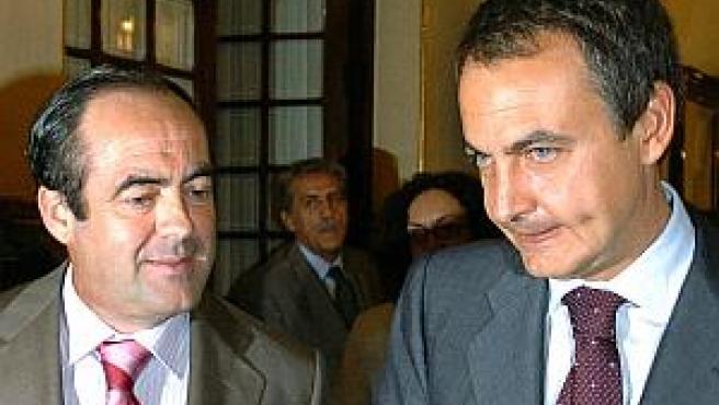 El presidente del Gobierno, José Luis Rodríguez Zapatero, conversa con el ministro de Defensa, José Bono, en los pasillos del Congreso de los Diputados (FOTO: EFE)