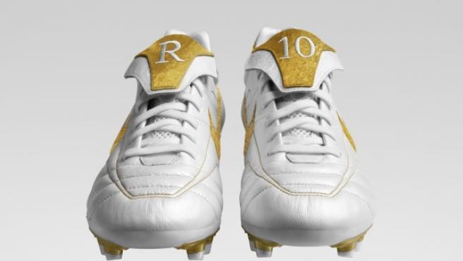 Serán éstas, y no otras, las botas que lucirá el brasileño del FC Barcelona ''Ronaldinho'' el sábado en el partido de Liga que le enfrentará al Zaragoza. La zapatillaposee apliques de oroauténticode 24 kilates en lalengüeta, en el talón y en el logotipo de Nike, marca que patrocina al jugador.