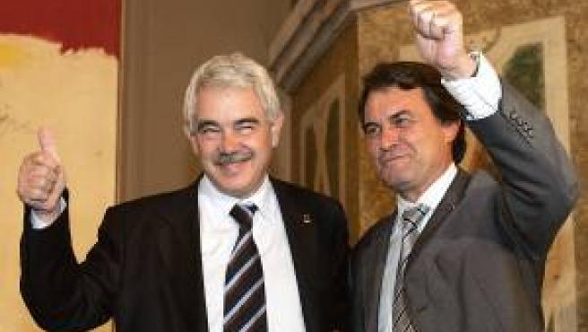 El presidente de la Generalitat de Cataluña, Pasqual Maragall, y el líder de la oposición y presidente de CiU, Artur Mas, se abrazan tras alcanzar un acuerdo para la aprobación del nuevo Estatut en el Parlament de Cataluña.