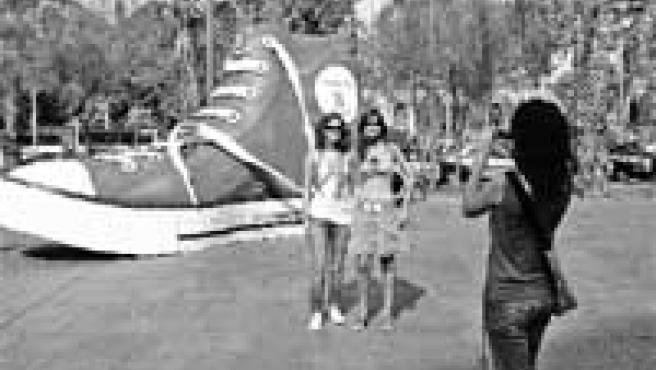 Unes turistes de Navarra no van voler abandonar Barcelona sense fer-se la foto amb la vamba.