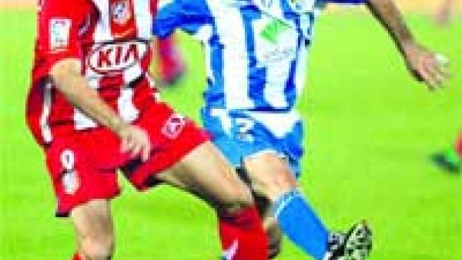 Torres controla el balón en presencia de Gerardo.