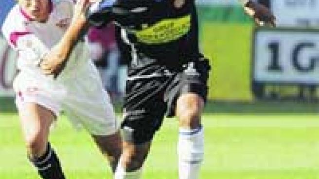 Armando Sá intenta escaparse de la presión del jugador del Sevilla Jesús Navas.