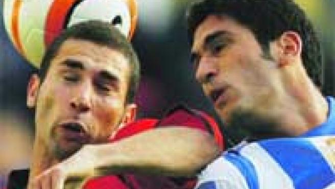 Cuéllar (Osasuna) y Taborda (Deportivo) luchan por un balón aéreo.