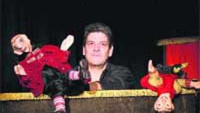 Eugenio Navarro amb dos dels seus personatges de 'Rutines' sobre l'escenari de La Puntual.