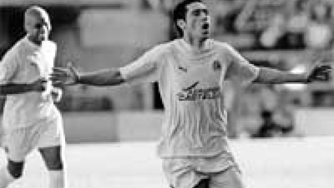 Riquelme celebra uno de los goles que derrotaron al Athletic.