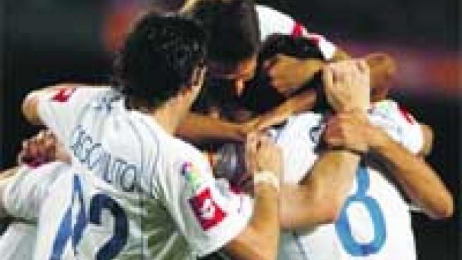 Los jugadores del Zaragoza se abrazan tras su primer tanto en el Camp Nou.