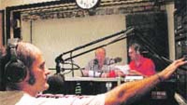 Varios colaboradores preparan su programa en los locales desde donde se emite Radio Topo.
