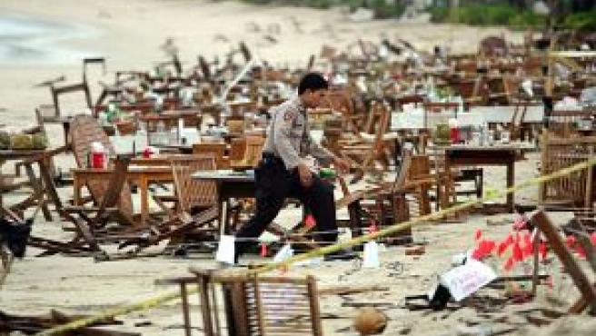 Un policía indonesio vigila una de las zonas donde estallaron las bombas (FOTO: Reuters)