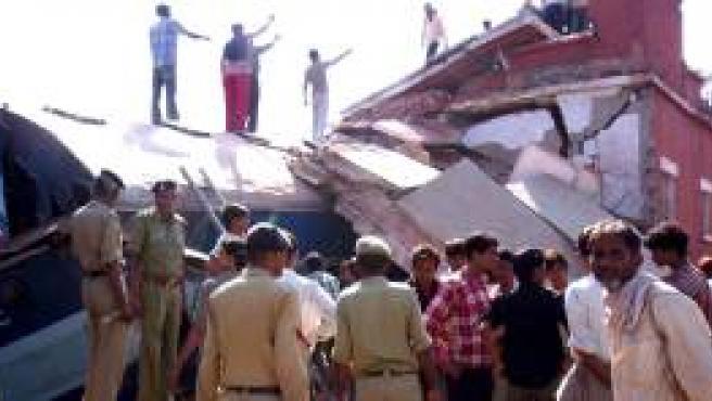 Policías y vecinos de la zona acuden al lugar donde se produjo un accidente ferroviario.