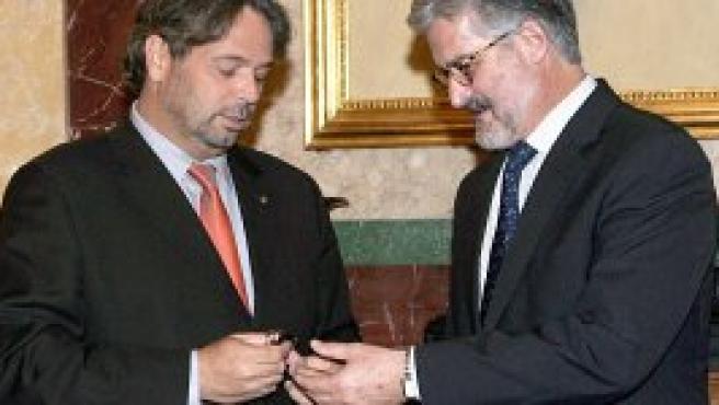 Benach entrega a Marían la propuesta de reforma del Estatut en un USB (Efe).