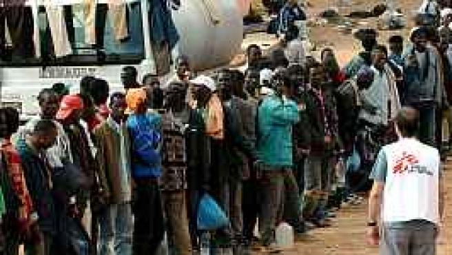 Inmigrantes esperan alimentos en Bouarfa, a las puertas del Sáhara (EFE).