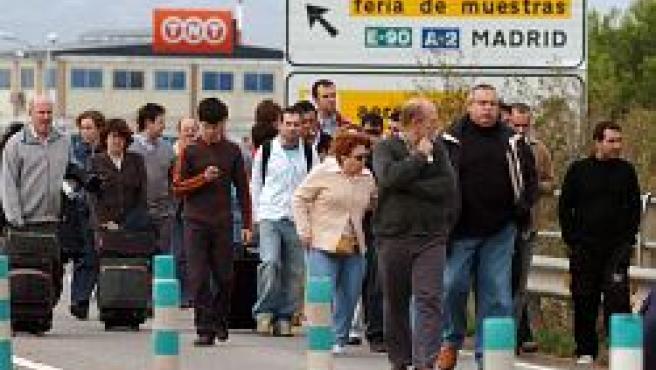 Un grupo de viajeros abandona las instalaciones del aeropuerto (Efe).