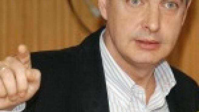 El presidente Zapatero en la radio (EFE).
