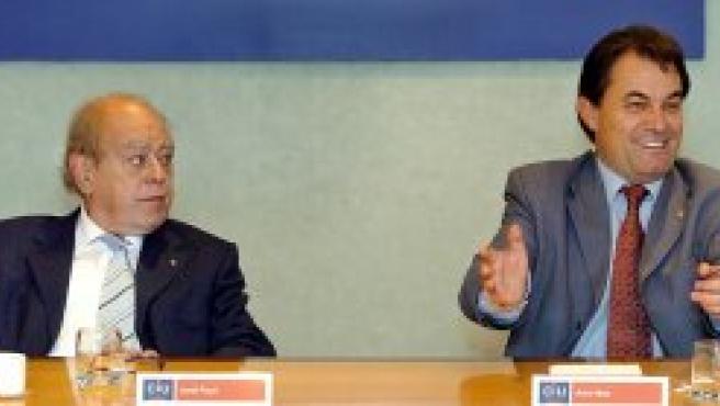 El líder de CiU, Artur Mas, junto al presidente fundador, Jordi Pujol, durante la reunión en la que estudiaron la crisis del tripartito. (EFE)