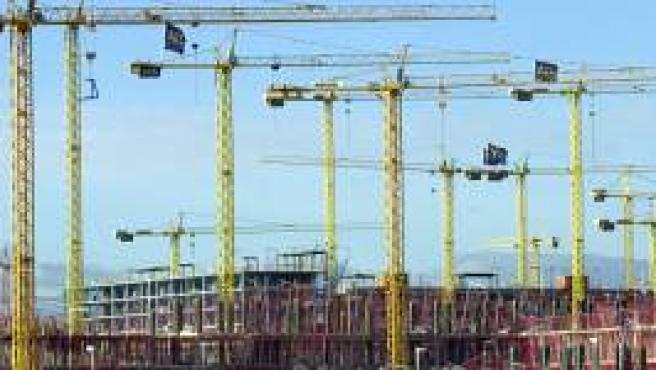 Grúas en una zona de construcción de nuevas viviendas.