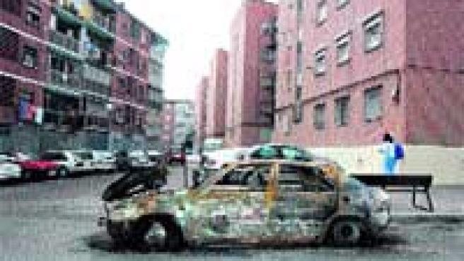 Un coche quemado seguía ayer en la calle Enciso.