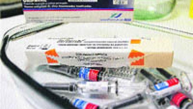 Varias dosis de vacunas antigripales, ayer, esperando a los pacientes en un centro de salud de Málaga.