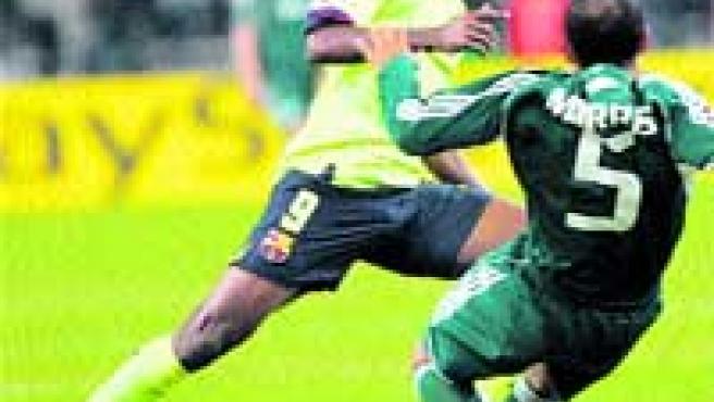 Samuel Eto'o intenta marcharse del jugador del Panathinaicos Nasief Moris.