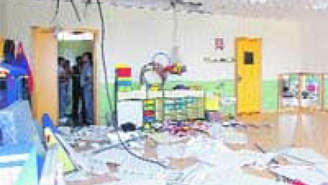 Imagen del destrozo que dejó el derumbe del techo en el aula del colegio San Félix.