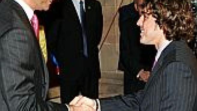 El Príncipe de Asturias saluda a Fernando Alonso durante la recepción que ofreció hoy a los galardonados y jurados de los premios que llevan su nombre (Foto: Efe)