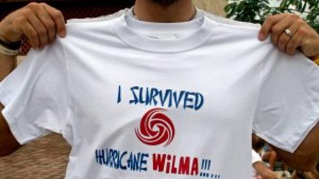 """Un turista con una camiseta en la que se lee """"Yo sobreviví al huracán Wilma"""" (Reuters)"""