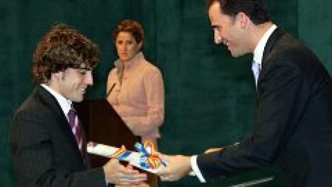 El Príncipe entrega su premio a Fernando Alonso (Efe).