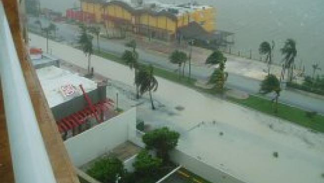 Fotografía desde uno de los hoteles de Cancún azotados por el Wilma (Foto: Kevin Alexander Murcko vía Rodrig0)