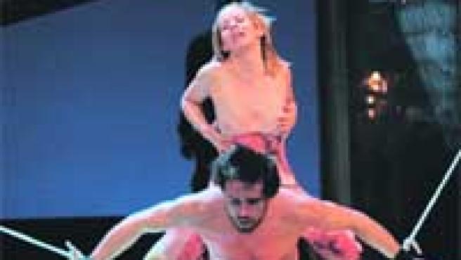 La actriz María Adánez en una tórrida escena de la obra.